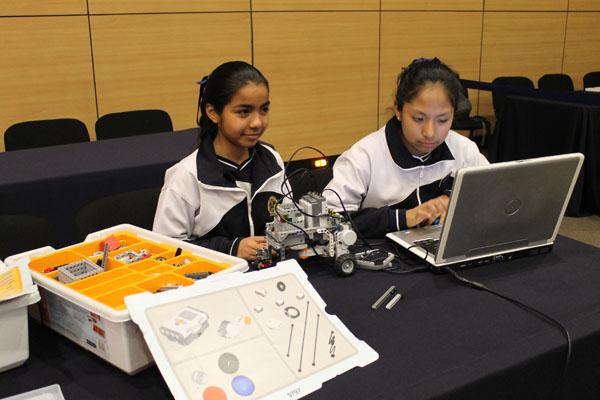 alumnas creando robots ore2016