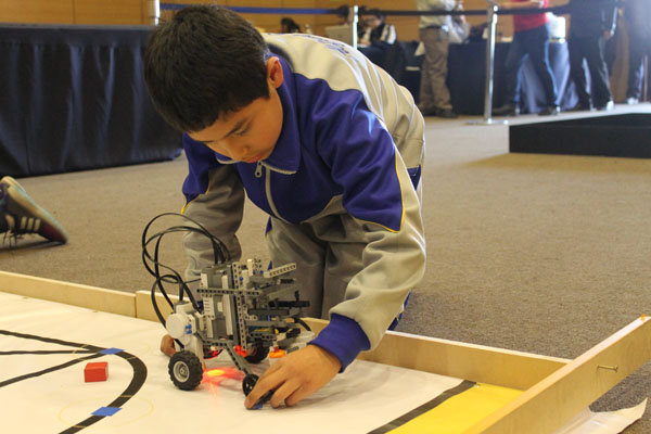 alumno-explorando robots ore 2016