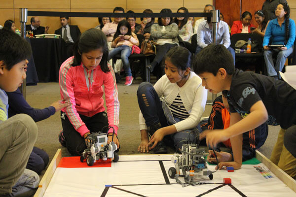 alumnos descubriendo robots ore 2016
